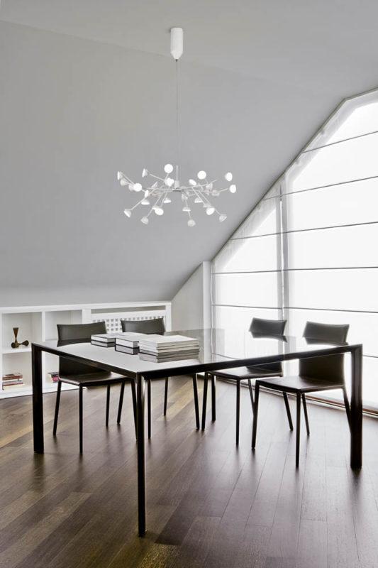 tavolo da pranzo con sedie in mansarda